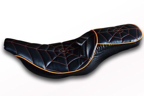 ハーレーシート張替え 蜘蛛の巣ステッチ バージョン